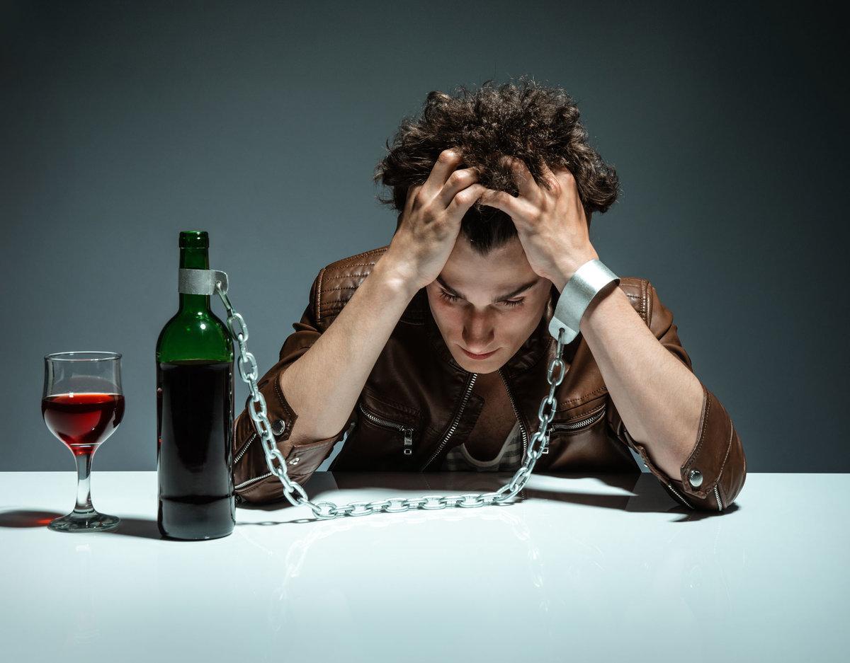 Алкоголизм, наркомания, переедание являются последствиями саморазрушительного поведения
