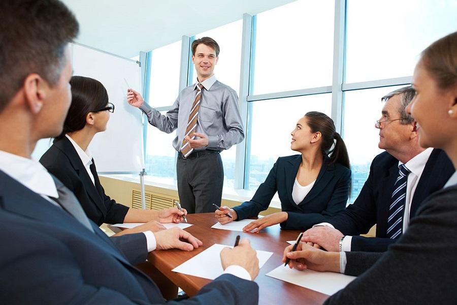 Руководитель и сотрудники решают задачу