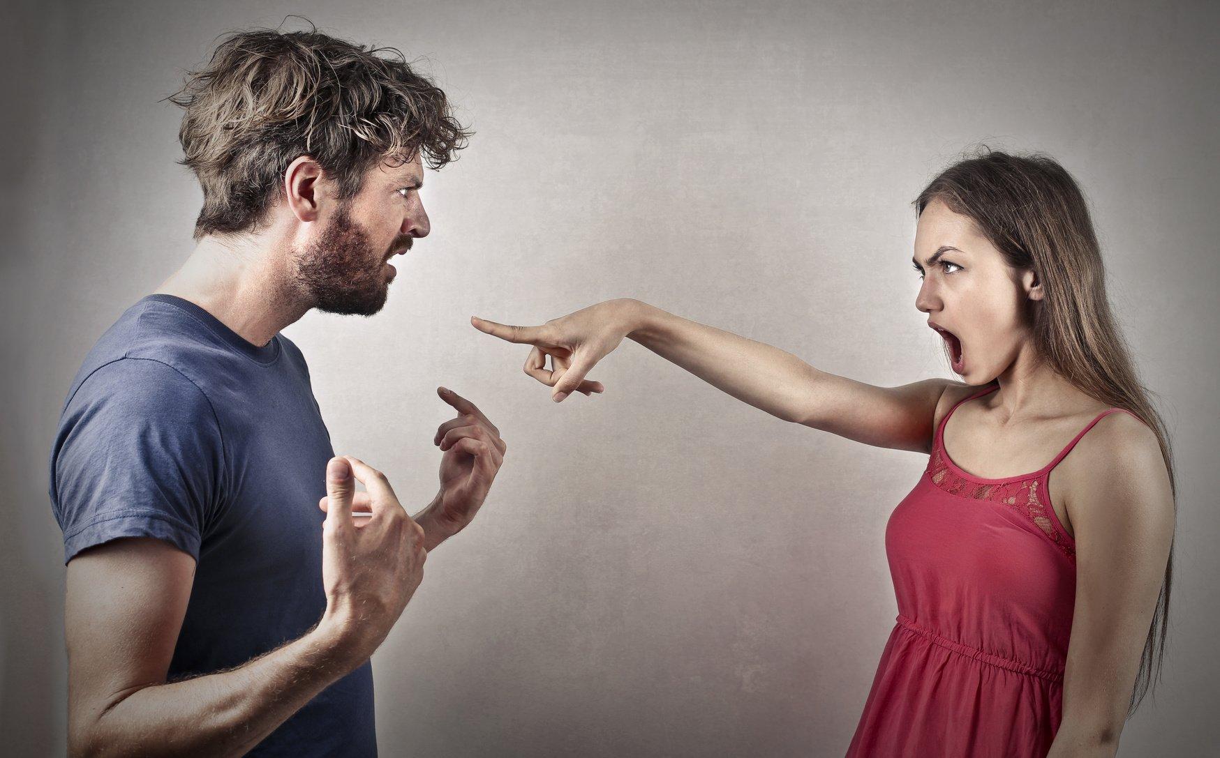 Невербальная агрессия несет в себе угрозу для жизни, так как в запале индивид может начать драться