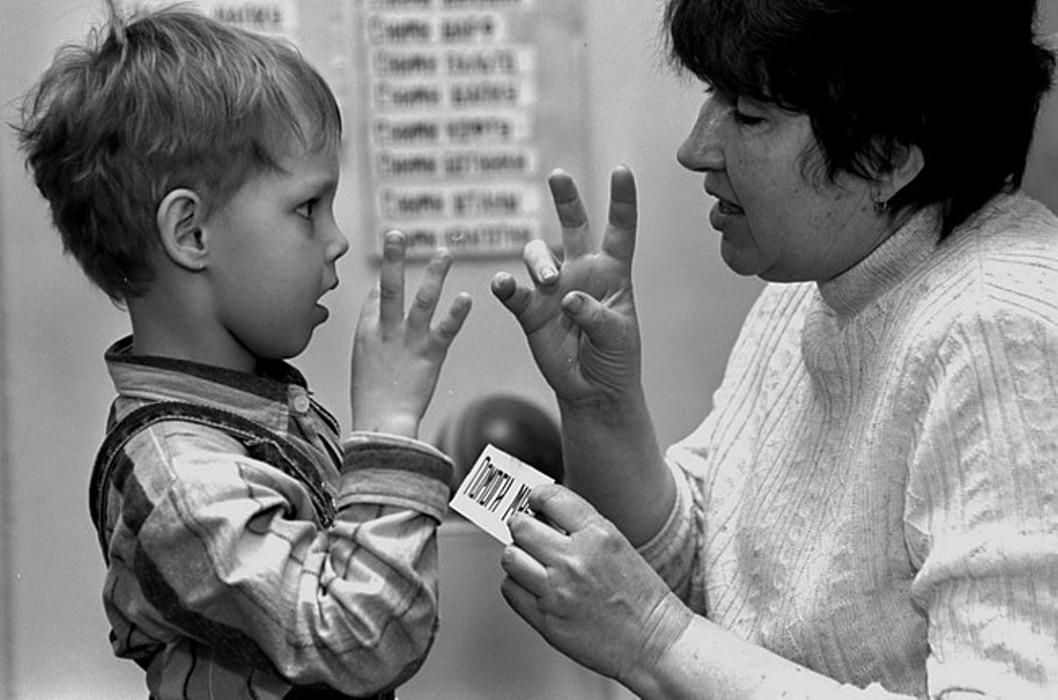 При дактильной речи общение происходит посредством жестов