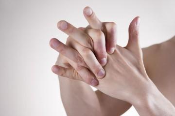 При болезни появляется ломота в суставах и мышцах