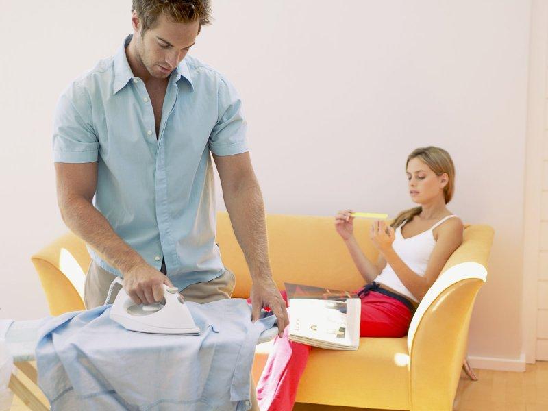 Мужчина помогает женщине