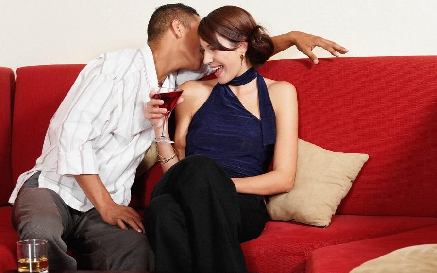 Женщина впускает мужчину в интимную зону