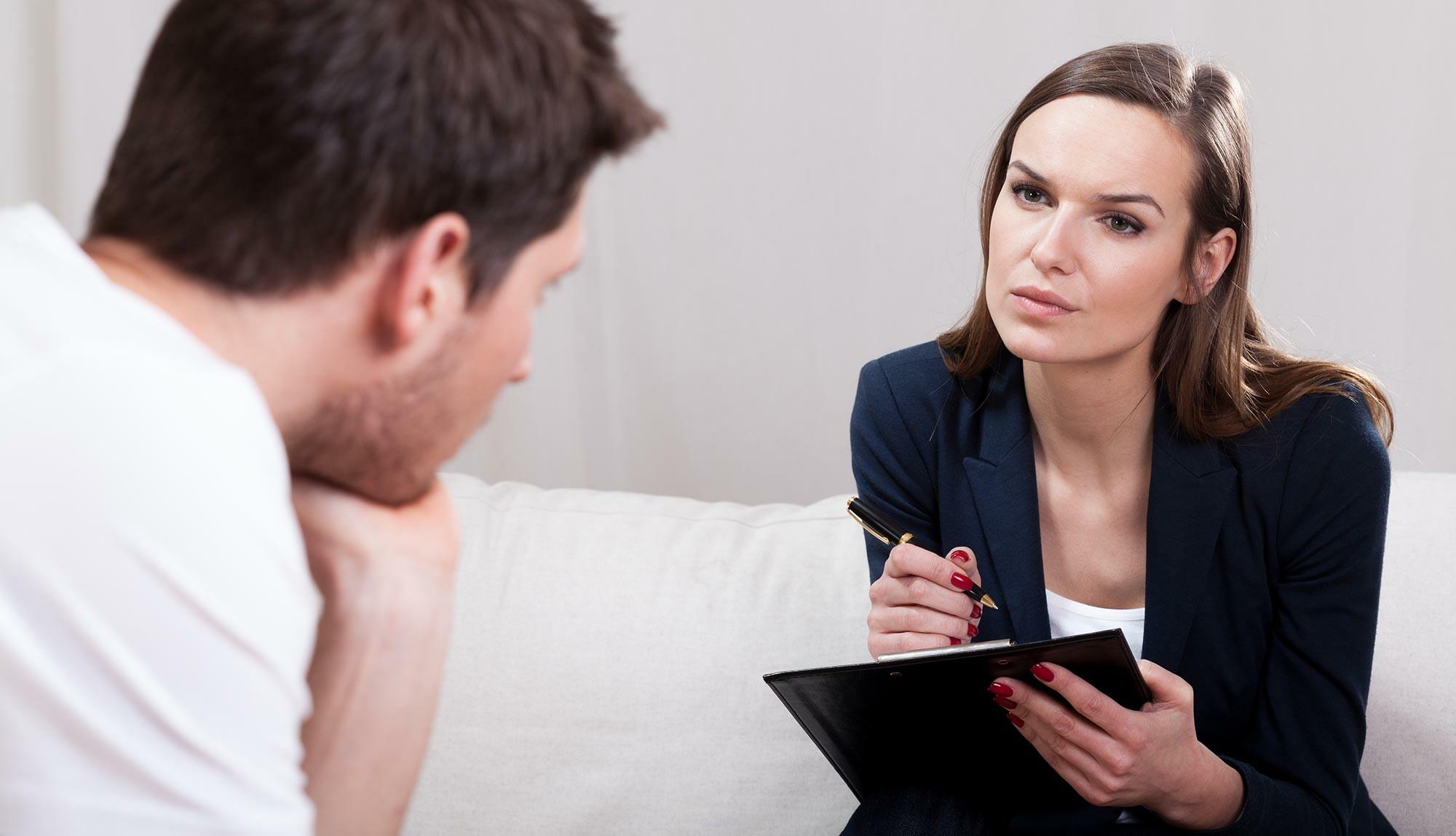 Психолог занимается диагностикой разных личностных проблем, также он проводит консультации