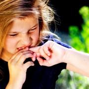 Синдром навязчивых движений может проявиться как в детстве, так и зрелом возрасте