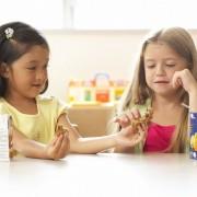 Дети делятся друг с другом