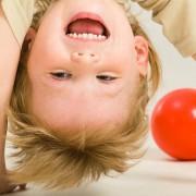 Гиперактивность проявляется с ранних лет жизни