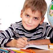 Семилетний ребенок испытывает трудности при переходе на новую социальную позицию
